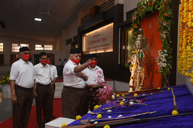 ఆయుధ పూజ చేస్తున్న డా. మోహన్ జీ భాగవత్