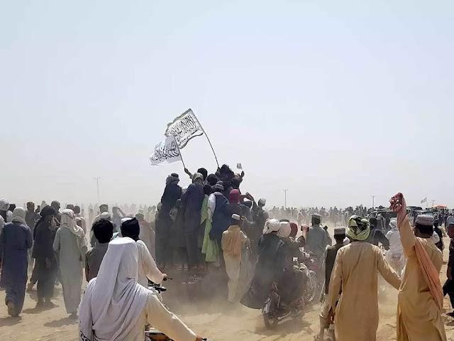 Afghan forces fight to retake Pakistan border crossing   افغان فورسز پاکستان بارڈر کراسنگ کو دوبارہ حاصل کرنے کے لئے لڑ رہی ہیں