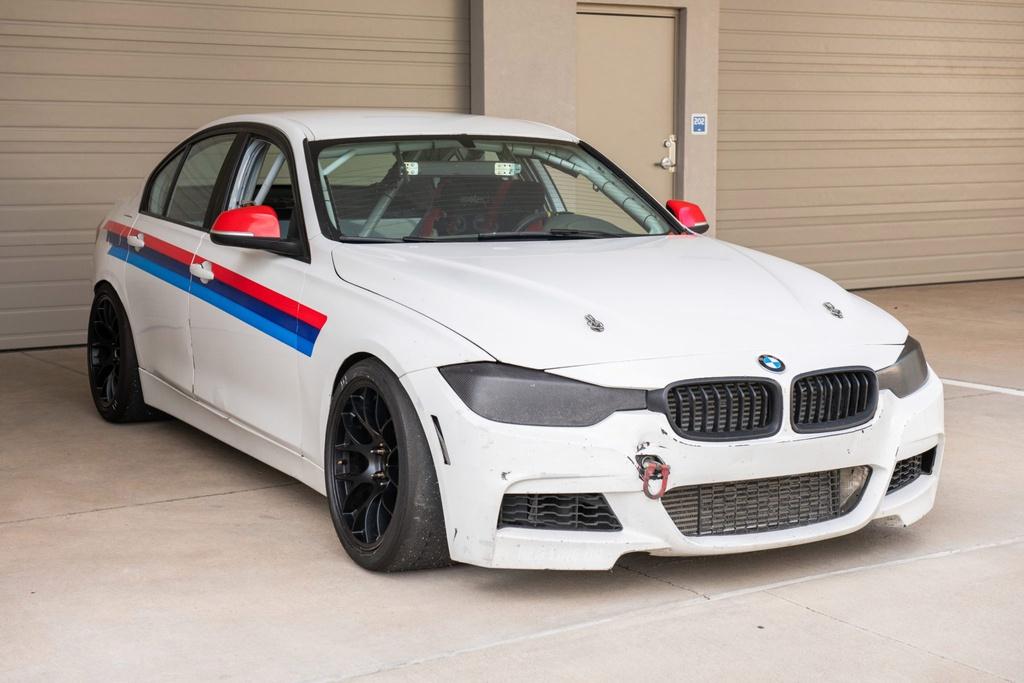 Khám phá BMW 3-Series phiên bản xe đua - không đèn, không ghế sau