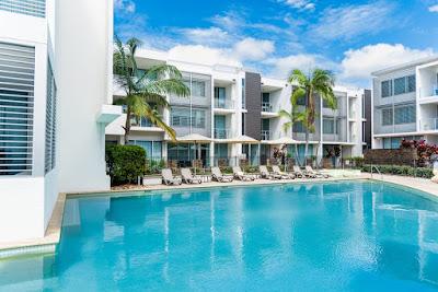 bangunan hotel bintang 4 dan kolam berenang