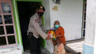 Bhabinkamtibmas Polsek Kencong Distribusikan Bantuan Beras dari Ketua Bhayangkari Cabang Jember