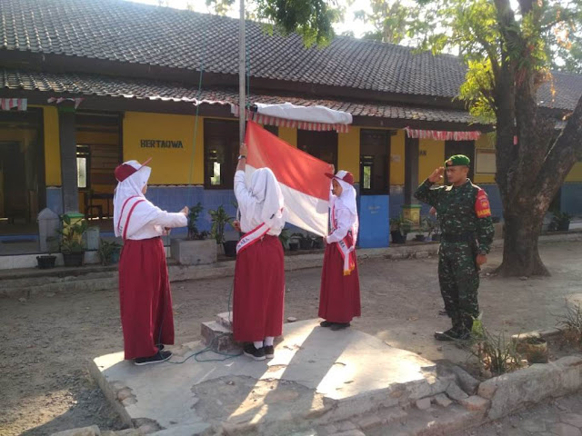 Babinsa Menjadi Inspektur Upacara Bendera