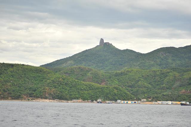 Núi Đá Bia nhìn từ Vũng Rô