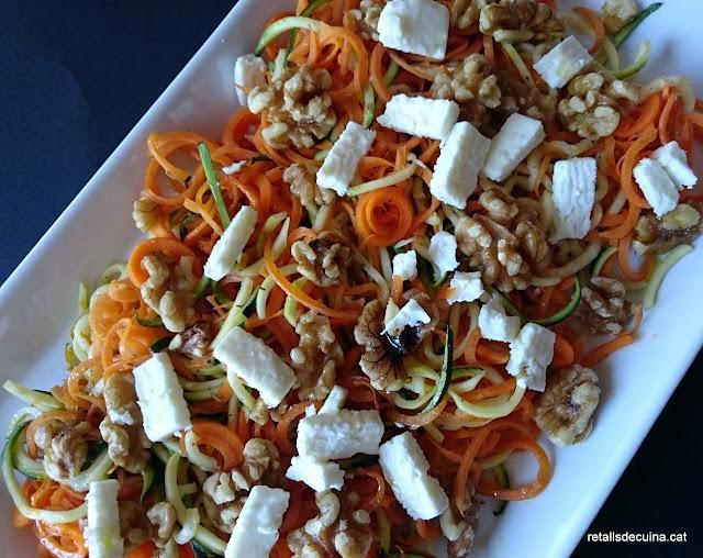 Espirals de pastanaga i carbassó amb formatge feta i nous