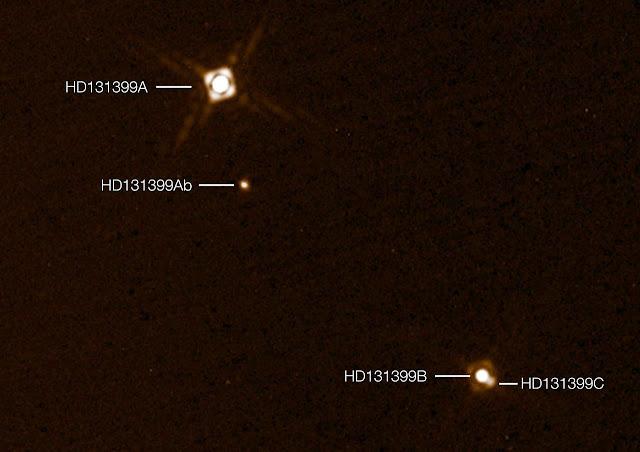 Hình ảnh chụp cho thấy ngoại hành tinh HD 131399Ab trong hệ ba sao. Hình ảnh này được chụp qua thiết bị SPHERE, đây là hình ảnh ngoại hành tinh đầu tiên chụp bởi thiết bị này, và cũng là một trong số rất ít hình ảnh chụp trực tiếp ngoại hành tinh. Hình ảnh này được ghép lại từ hai lần quan sát riêng biệt. Trên thực tế thì ngoại hành tinh này chìm đắm trong ánh sáng chói chang của ngôi sao chủ và sẽ mờ hơn. Credit: ESO/K. Wagner et al.