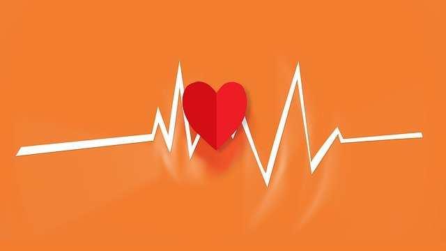 كم عدد نبضات قلب الطفل في الدقيقة؟