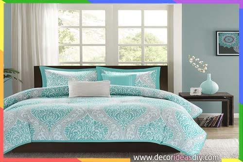 جدار رمادي مع سرير نوم تركواز