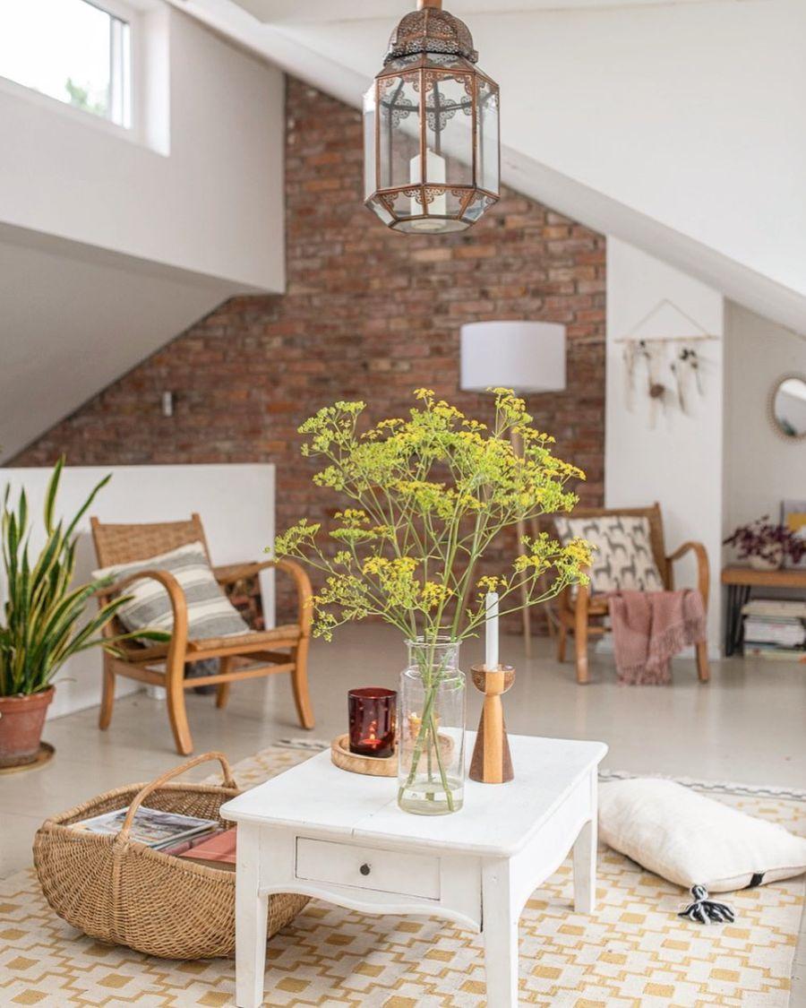 Wiosenne kolory w klimatycznym mieszkanku, wystrój wnętrz, wnętrza, urządzanie domu, dekoracje wnętrz, aranżacja wnętrz, inspiracje wnętrz,interior design , dom i wnętrze, aranżacja mieszkania, modne wnętrza, home decor, styl skandynawski, scandi, scandinavian style,  salon, pokój dzienny, living room, otwarty salon, otwarty plan, schody, cegła, cegła na ścianie,