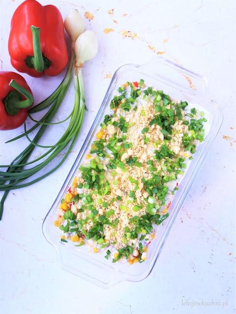 Warstwowa sałatka z tuńczykiem i ryżem przepis