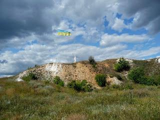 Изюм. Гора Кременец (Кремянец). Государственный флаг Украины и памятный крест жертвам Голодомора