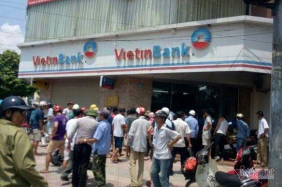 Nam thanh niên cầm súng táo tợn xông vào cướp Ngân hàng Vietinbank ở Hà Nội