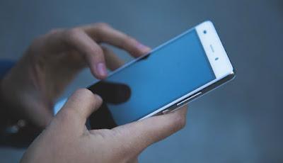 Menatap ponsel di malam hari jadi kebiasaan buruk