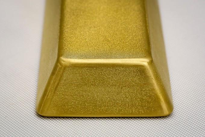 El oro sube más del 2% por la caída del dólar, el cambio de política de la Fed