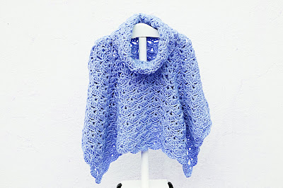 Imagen del Poncho de abanicos para niña a crochet en azul oscuro