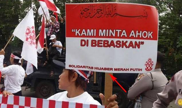 Kapolri Selidiki Pihak Pengusung Bendera Merah-Putih Bertuliskan Huruf Arab; Yang Lain Juga Dong Biar Adil