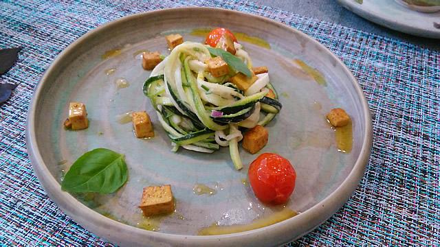 zoodles de calabacín con tofu, umeboshi y curry