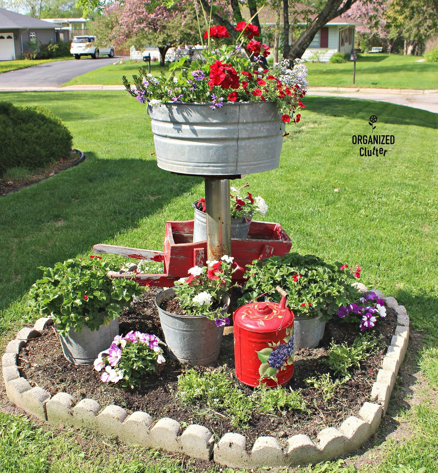 Small Flower Garden Decor: Planting And Decorating A Small Junk Garden