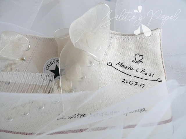 Detalle Converse beige personalizadas a mano para novia