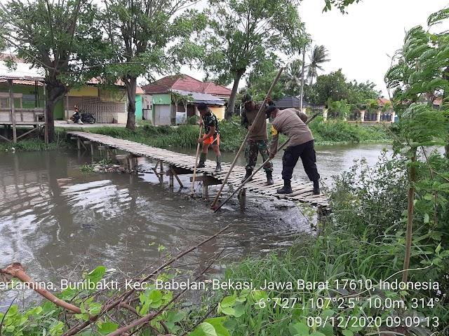 Memasuki Musim Penghujan Polsek Babelan Bersama Babinsa Koramil Giat Kerja Bakti Bersihkan Sampah Di Aliran Sungai .