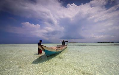 Bersandar di salah satu pulau di kepulauan Meko