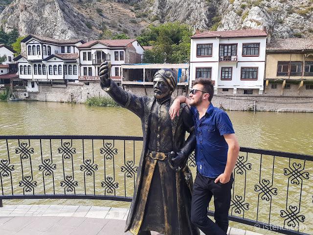 Harun İstenci Amasya'da selfie (özçekim) çeken şehzadeyi inceliyor...