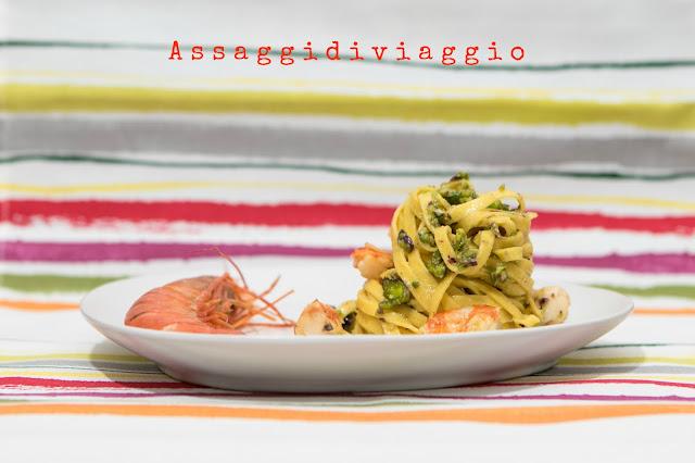 Tagliatelle al pesto di pistacchi e gamberi all'arancia