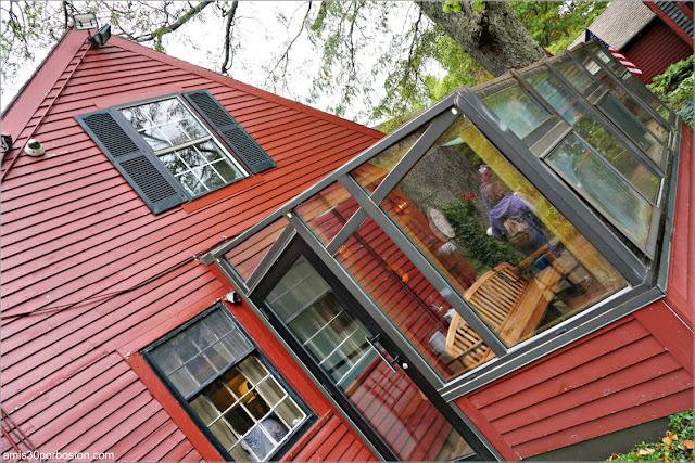 Lateral y Terraza de la Casa de la Abuelita de Caperucita Roja en Pickity Place, Mason