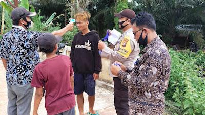 Muspika Rokan hilir bagi- bagi Masker kepada masyarakat Desa mumugo kecamatan tanah putih