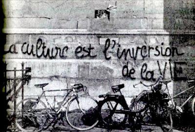 Otra pintada en una calle de París. La cultura es la inversión de la vida.