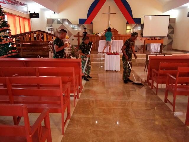 Personel Koramil 07/TR Bersama Jemaat Lakukan Pembersihan di Gereja Immanuel