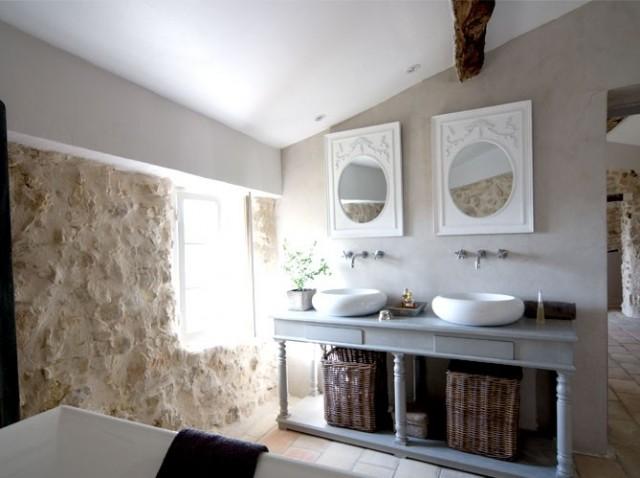 Boiserie c charme retro in bagno for Stile moderno chic