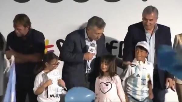 Un chico quería una foto y Mauricio Macri lo echó cruelmente del escenario en la marcha del ''Sí Se Puede''