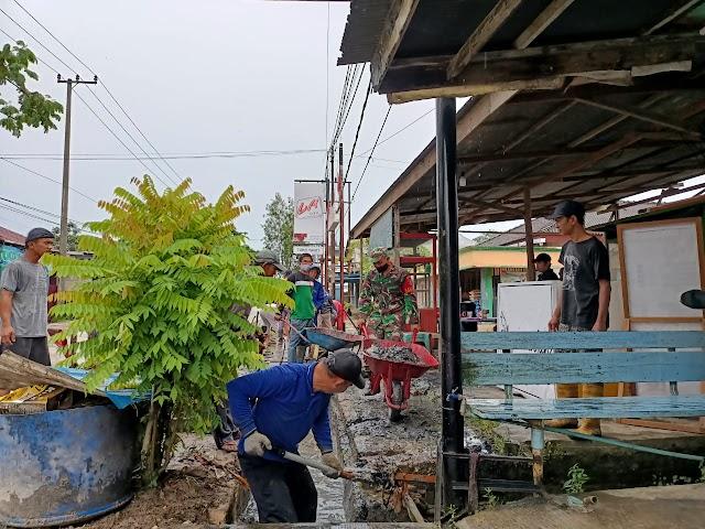 Antisipasi Banjir  Saat Curah HujanTinggi,  Babinsa dan Warga Bergotong Royong