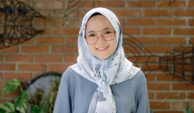 Hijab segi empat dengan motif Flora ala Nissa Sabyan