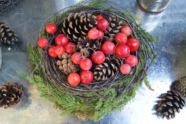 Mooskranz mit Zapfen und Zieräpfeln gefüllt