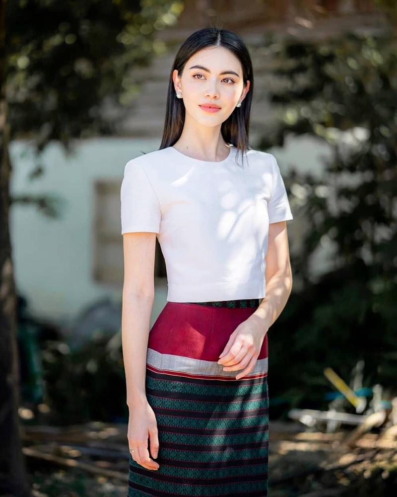 Davika Hoorne cantik dan manis dalam balutan baju tradisional Thailand