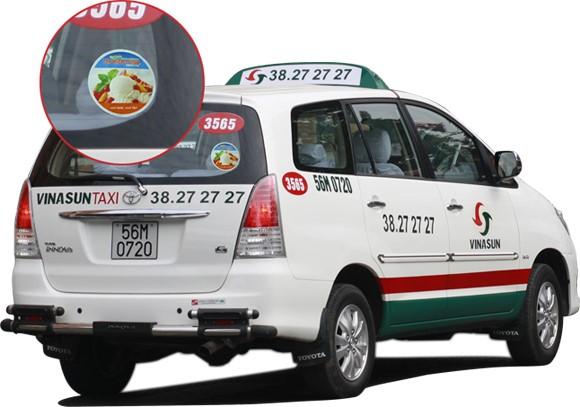 Dán Decal quảng cáo trên kính sau xe Taxi Vinasun