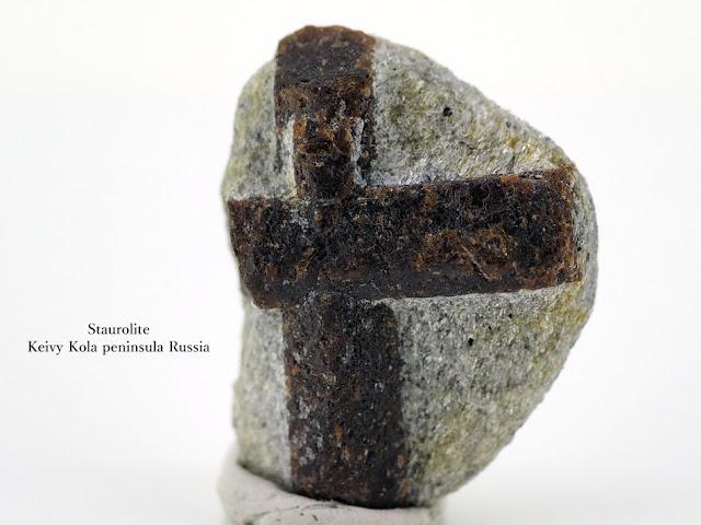 スタウロライ 十字石 Staurolite Keivy Kola peninsula Russia