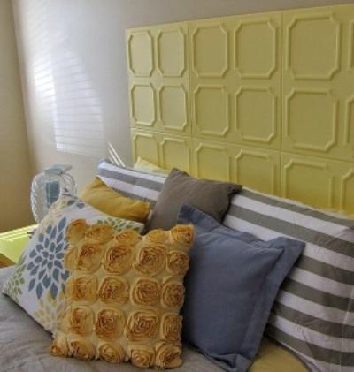 Desain headboard dengan warna kuning untuk memberi kesan ceria dan hangat dalam kamar tidur.