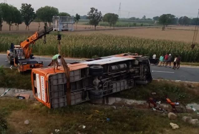 फिरोजाबादः संत कबीर नगर से दिल्ली जा रही बस आगरा-लखनऊ एक्सप्रेसवे पर पलटी, कई यात्री घायल