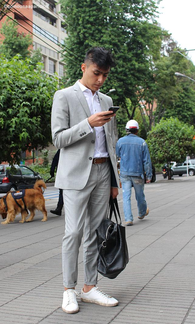 como-una-aparición-street-style-men-style-men-fashion-grey-suit-sneakers-white-shirts-essentials-accesories-bags-dapper