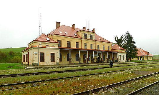 Zabytkowy budynek dworca kolejowego w Łupkowie.