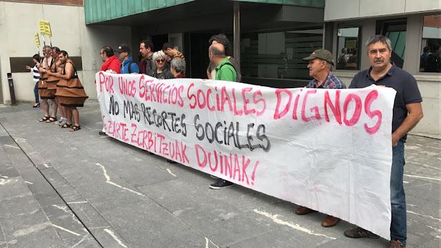 Protesta de Berri-Otxoak contra los recortes sociales del Ayuntamiento