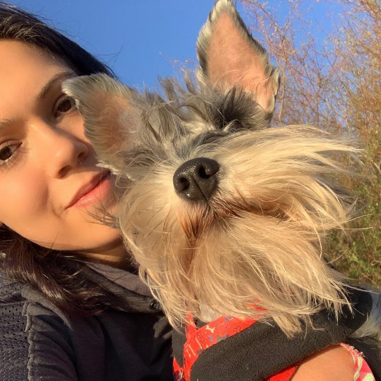 Eu e Bonifácio, meu cão schnauzer, tomando sol durante a quarentena.