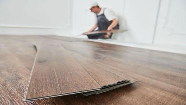 alternatif lantai selain lantai keramik yaitu vinyl motif kayu