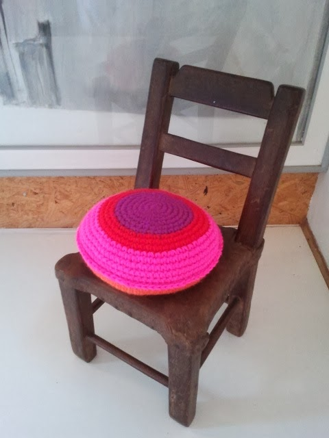 almohadon redondo - Un detalle de color en un pasillo. Almohadón de crochet.