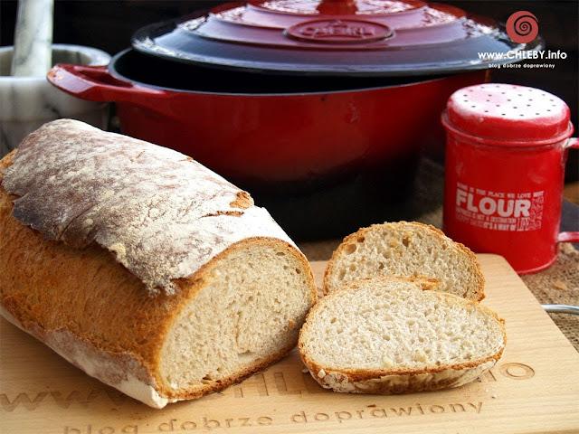 Chleb pszenny z naczynia żeliwnego
