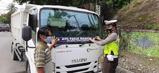 Pasang Stiker Ke Kendaraan, Satlantas Polres Enrekang Kampanyekan Penggunaan Masker Ke Masyarakat