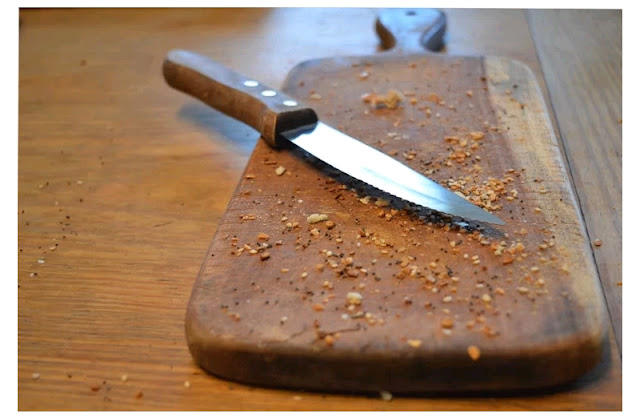 Kitchen chopping board with knife