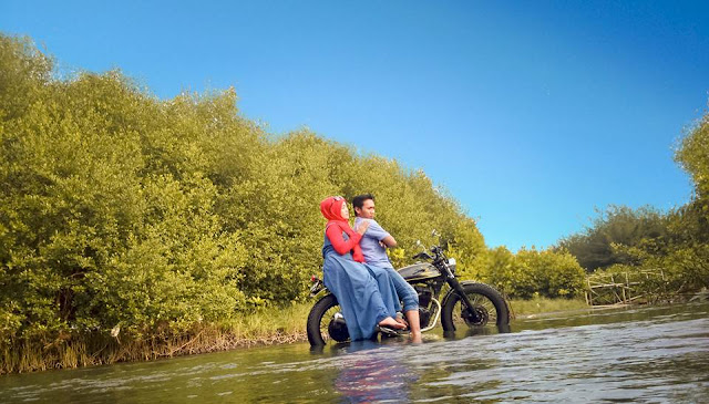 photo prewedding tema candid dihutan bakau